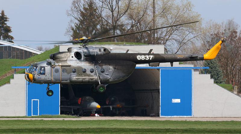 """U Libanic na Chrudimsku nouzově přistál vrtulník Mi-17 """"0837"""" pardubického CLV"""