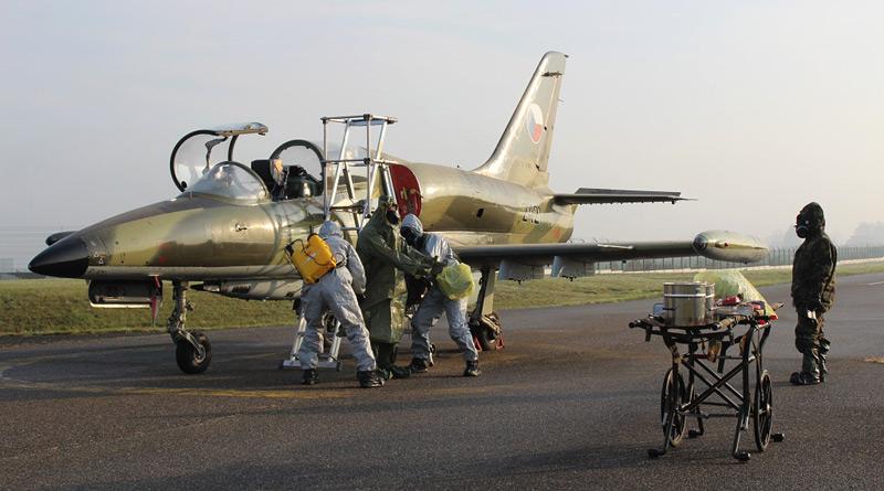 Nácvik dekontaminace letecké techniky a personálu čáslavské základny