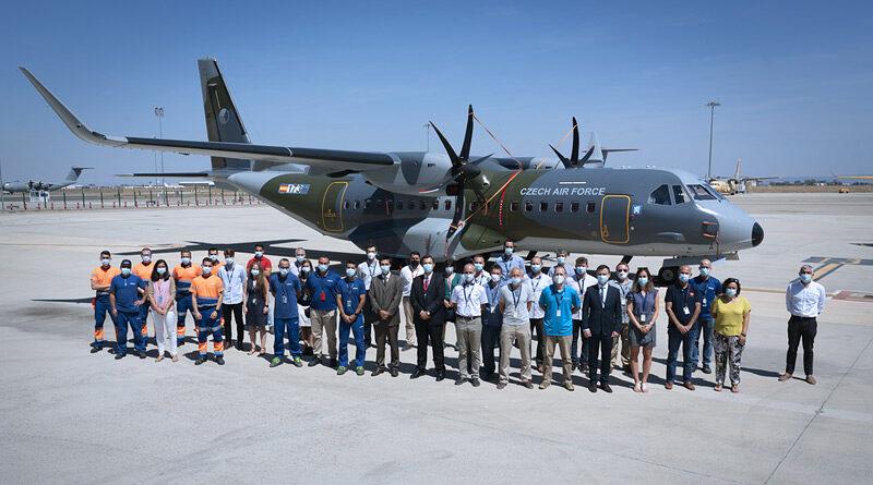 Zástupci ministerstva obrany převzali druhý letoun CASA C-295MW